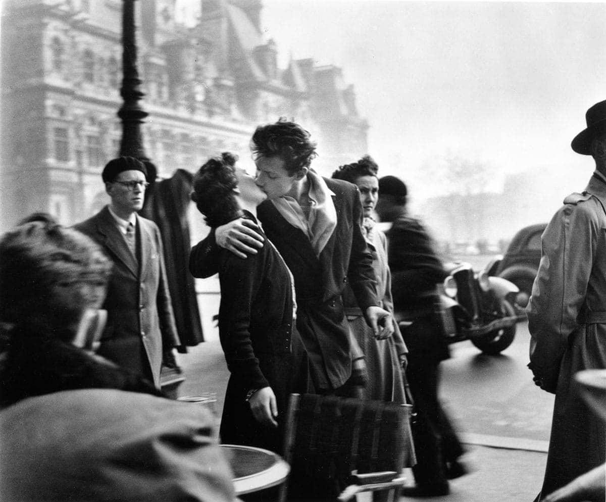Robert-Doisneau-Kiss-by-the-hotel-de-Ville-1950